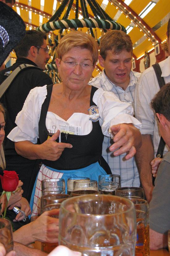 Munich-Oktoberfest-waitress © J Horak 2019