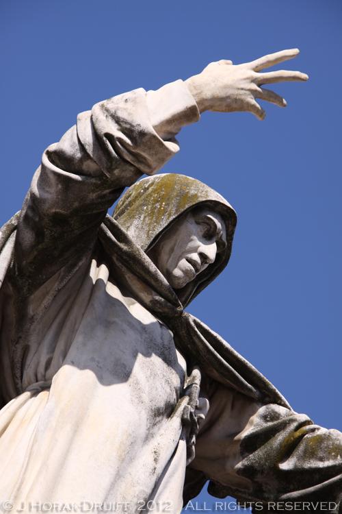 Ferrara statue © J Horak-Druiff 2012