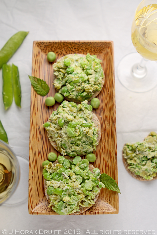 Easy peasy 3-ingredient smashed pea, feta and mint crostini - add a touch of glamour to any dinner party with these fresh, delicious bites! | www.cooksister.com