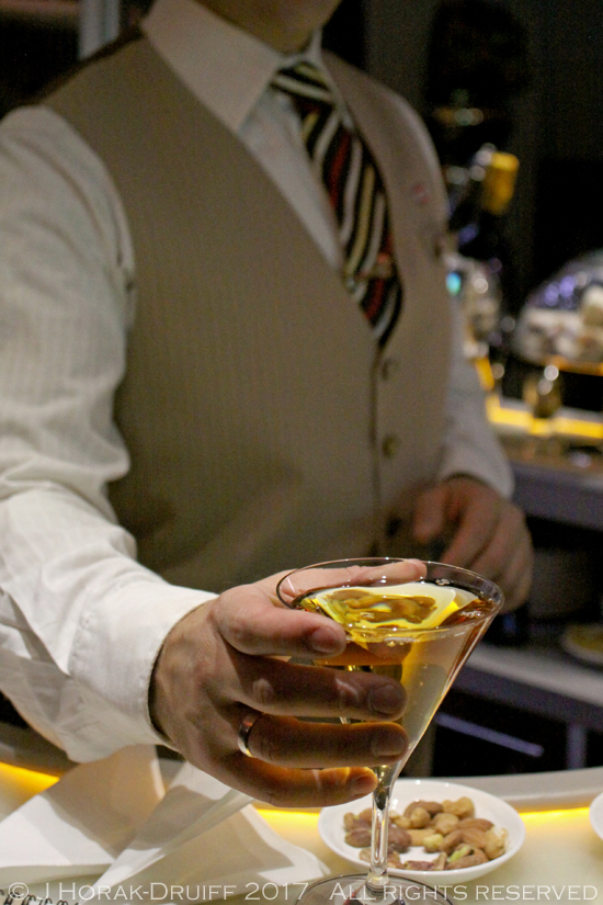 Emirates-A380-bar-barman2