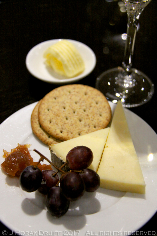 Emirates-Lounge-Cheese