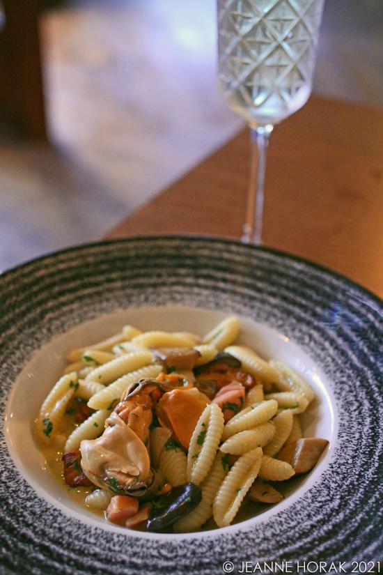 Pasta with shellfish and mushrooms